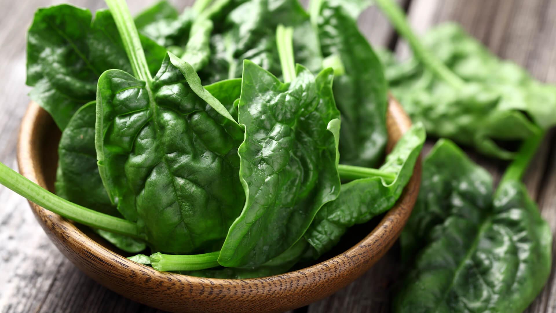 mørkegrønne grøntsager, spinat