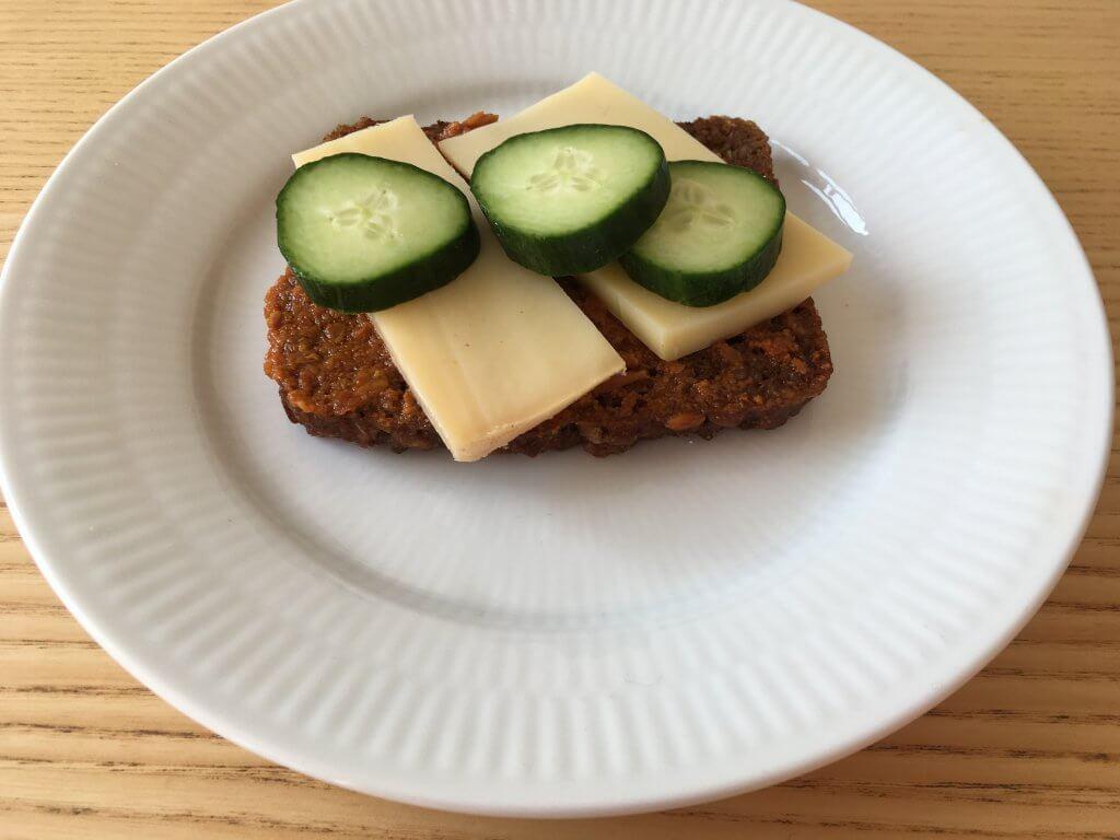 rugbrød med rød pesto og ost