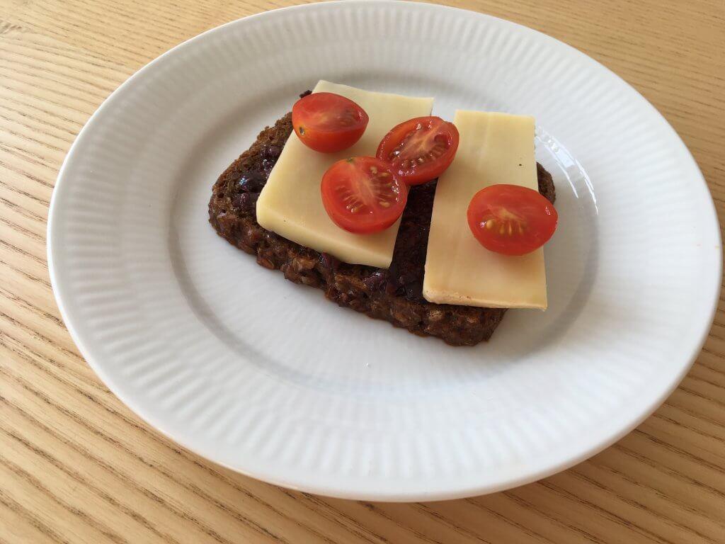 rugbrød med oliventaoenade