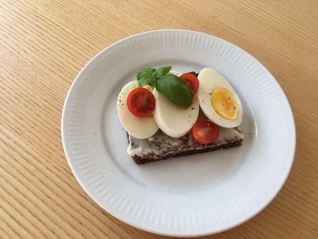 rugbrød med mayonnaise og æg
