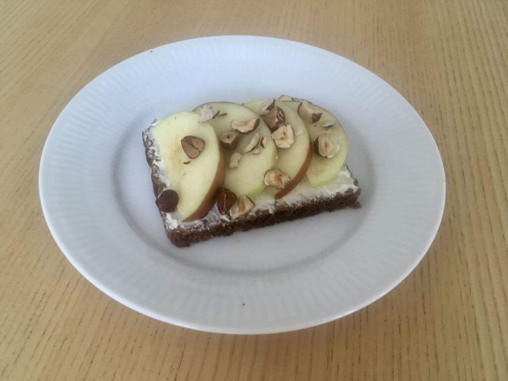 rugbrød med smøreost og æble