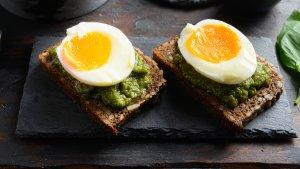 rugbrød med æg og pesto