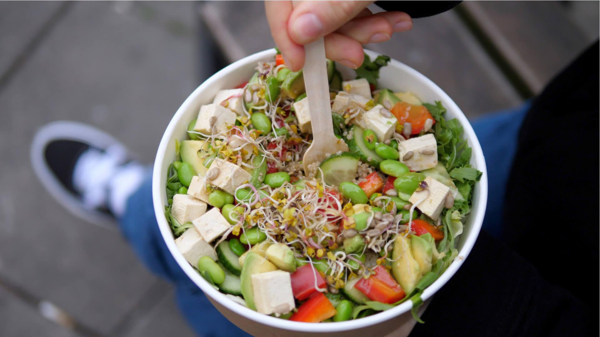 salat med tofu og bønner