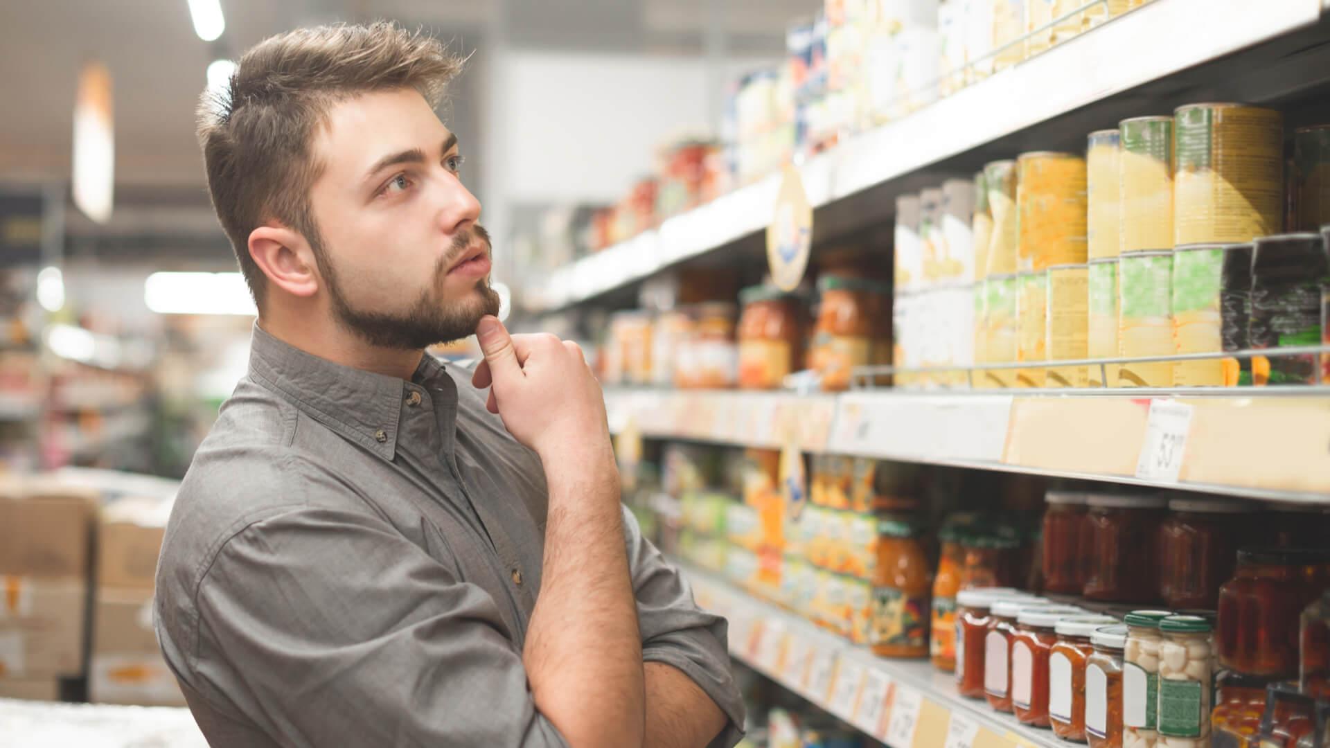 mand som er i tvivl om fødevaremærker